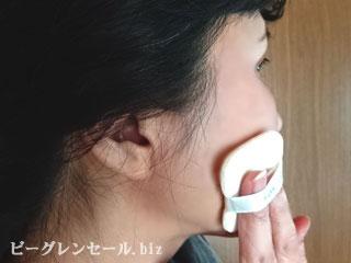 リバーサルトリートメントパウダーを顔全体に伸ばしたあと手で触ると、マシュマロみたいな肌に
